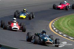 La #18 Lotus 18 détenue par Ryan Delane mène un groupe de voitures dans la course du groupe 2
