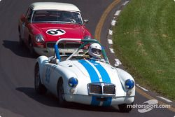 La #49 MGA Roadster de 1962, détenue par David Smith, devance la #01 MGB Coupe de 1964, détenue par