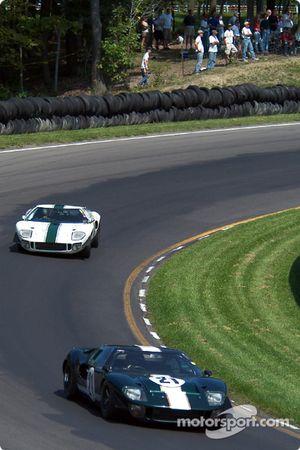 La #21 Ford GT40 de 1966, détenue par Bill Murray, devance la #12 Ford GT40 de 1966 détenue par Tom