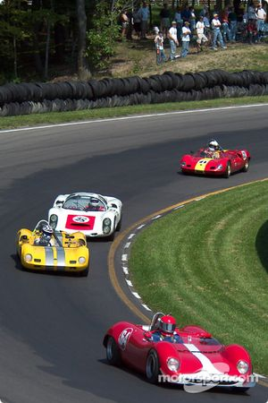 La #64 Brabham BT8 de 1964, détenue par Mark Simpson, devance un groupe de cinq voitures
