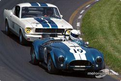 La #19 AC Cobra USRRC de 1964, détenue par Frank Gerber, devance la Shelby GT350 de 1965, détenue par Bob Aliberto