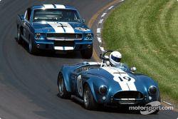 La #19 AC Cobra USRRC de 1964, détenue par Frank Gerber, devance la Shelby GT350 de 1966, détenue par Camee Edelbrock