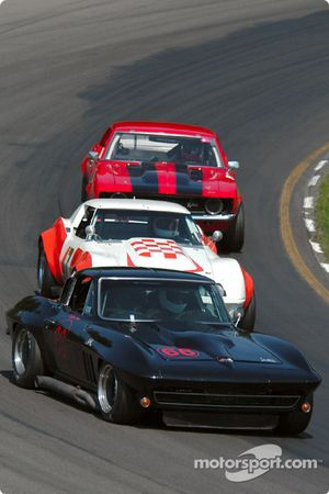 La #66 Chevrolet Corvette Coupe de 1966, détenue par Salvatore Giglio, devance un groupe de voitures