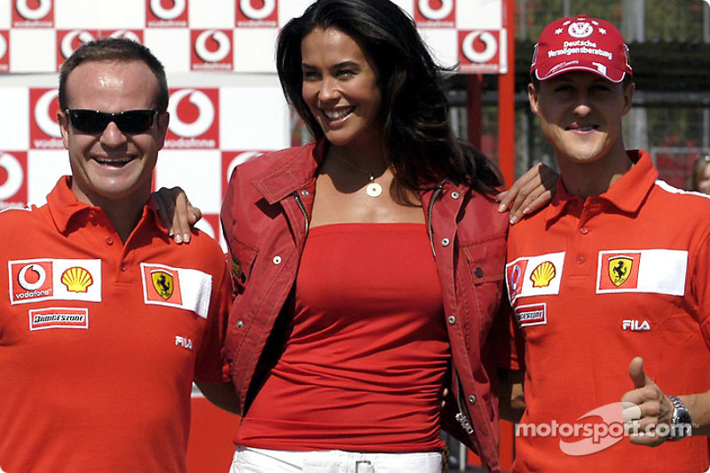 Vodafone scooter copa: Rubens Barrichello, Megan Gale y Michael Schumacher