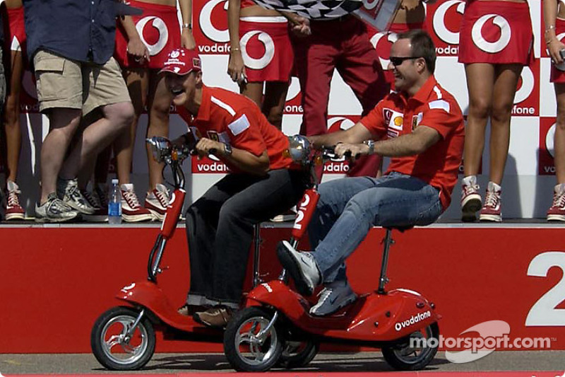 Vodafone scooter podio: Michael Schumacher y Rubens Barrichello