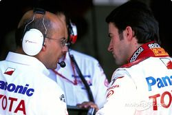 Ricardo Zonta discute avec un membre de l'équipe Toyota