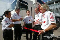 Norbert Kreyer, Gustav Brunner et des membres de l'équipe Toyota