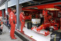 Ross Brawn observa a Michael Schumacher