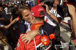 Michael Schumacher pole pozisyonunu kutluyor ve Luca di Montezemolo