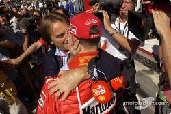 Michael Schumacher celebra la pole position con Luca di Montezemolo