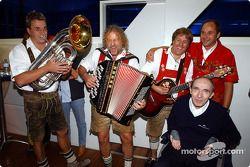 BMW Motorsport Direktör Gerhard Berger retirement party: Gerhard Berger ve Frank Williams ve musicia