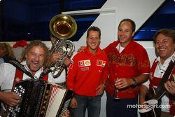 BMW Motorsport Direktör Gerhard Berger retirement party: Michael Schumacher ve Gerhard Berger ve mus