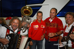 Fiesta de retiro del Director de BMW Motorsport Gerhard Berger: Michael Schumacher y Gerhard Berger con
