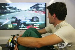 Mark Webber bekijkt de kwalificatie van Justin Wilson
