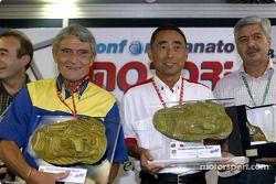Award ceremony ve Michelin'in Pierre Dupasquier ve Bridgestone'in Hiroshi Okuda