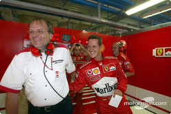 Michael Schumacher celebra la pole position