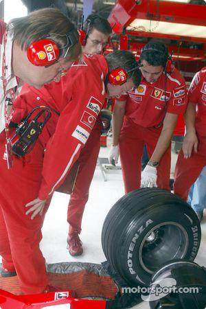 Ross Brawn inspecte les pneus