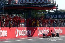 Yarış galibi Michael Schumacher kutlama yapıyor