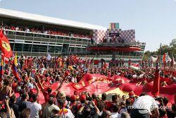 Ganador de la carrera Michael Schumacher en el podio con los Tifosi