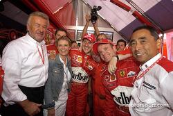Ganador de la carrera Michael Schumacher celebrar con esposa Corinna, Jean Todt y Rubens Barrichello
