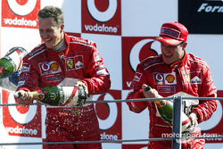 Podio: champagne para Michael Schumacher y Rubens Barrichello