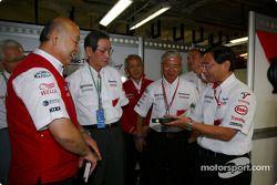 Kunio Nakamura, Başkanı, Panasonic is given a Toyota garajı tour by Toshiro Kurusu, Tsutomu Tomita,
