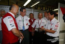 Toshiro Kurusu, Tsutomu Tomita, Akihiko Saito et Keizo Takahashi font visiter le garage Toyota à Kun