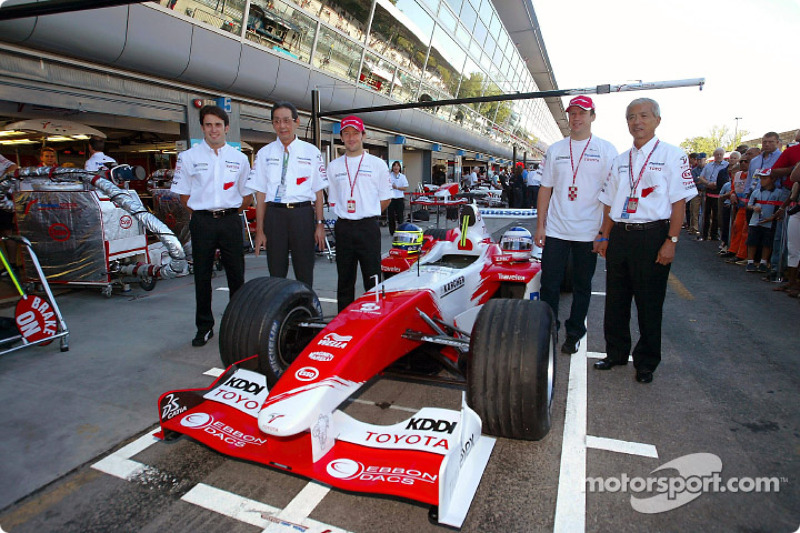 Ricardo Zonta, Kunio Nakamura (président de Panasonic), Cristiano Da Matta, Olivier Panis et Akihiko Saito (EVP Toyota Motor Corporation)