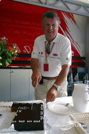 Veteran F1 Fotoğrafçısı Ercole Colombo kutlama yapıyor his 500th Grand Prix Toyota motorhome