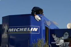 Un employé Michelin nettoie le camion