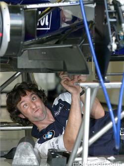 Un membre de l'équipe Williams-BMW travaille dur