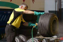 Un membre de l'équipe Jordan nettoie les pneus