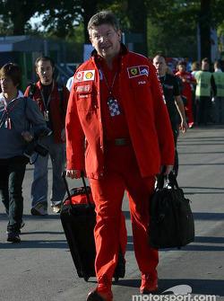 Ross Brawn entre dans le paddock