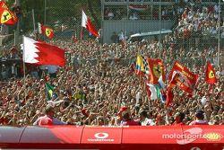 Tifosi cheer Yarış galibi Michael Schumacher, Podyum
