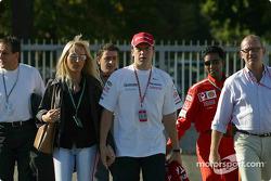 Olivier Panis arrive dans le paddock avec sa femme Anne