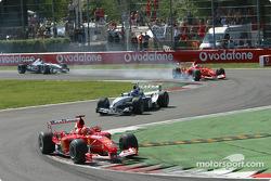 Premier tour : Michael Schumacher devance Juan Pablo Montoya tandis que Rubens Barrichello bloque sa roue