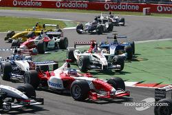 Première chicane : Olivier Panis au cœur du peloton tandis que Jacques Villeneuve et Heinz-Harald Frentzen coupent la chicane