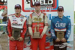 Bus Kaeding, vainqueur de l'O'Reilly Tulsa 100, est flanqué de son dauphin J.J. Yeley (gauche) et par Tyler Walker (droite) après avoir gagné l'USAC Weld Racing Silver Crown event