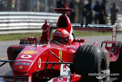 Le vainqueur Michael Schumacher fête sa victoire