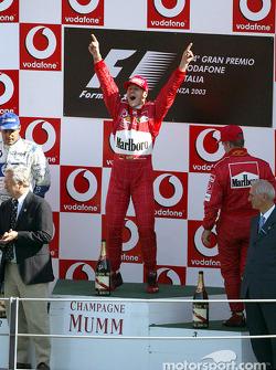 Podium : Michael Schumacher célèbre sa victoire