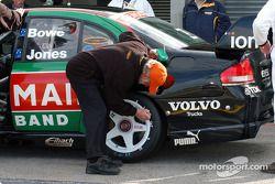 Un membre de l'AVESCO marque les pneus de la voiture Jones/Bowe après le shootout