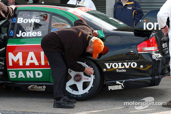 AVESCO official mark the tyres of the Jones/Bowe car after the shoot out