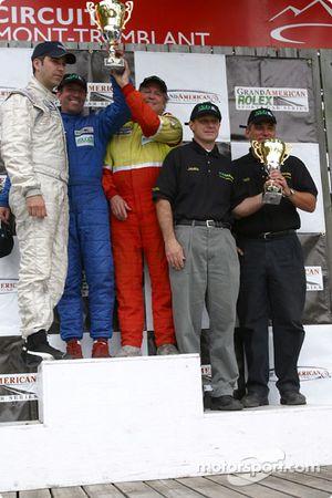 Podium GTS : Tommy Riggins, David Machavern et João Barbosa, vainqueurs de leur catégorie, accompagn