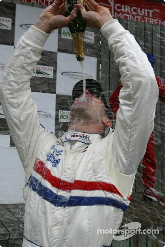 Max Papis fait des folies avec le champagne
