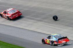 Dale Earnhardt Jr et Jeff Gordon contournent le pneu de Joe Nemechek
