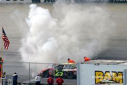 De la fumée s'échappe de la voiture de Joe Nemechek