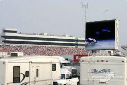 Ils regardent la course sur l'écran géant !