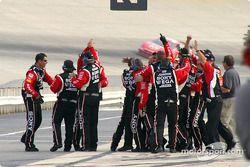 Les mécaniciens de Ryan Newman célèbrent la victoire