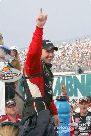 Ryan Newman montre un signe de victoire