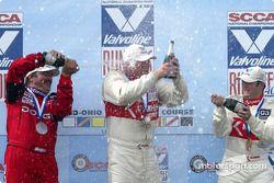 Podium : champagne pour Mike Kramer, John Fernandez et Tom Long